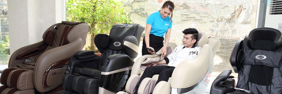 Đan Trường xem ghế massage tại Quận 7